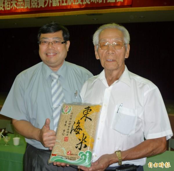 新竹縣竹北市農民陳發生(右)是稻田競賽的常勝軍,農會總幹事陳楷棟(左)肯定他極力推廣的「東海米」。(記者廖雪茹攝)