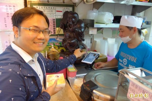 台灣大學推「希望餐點計畫」,每月替弱勢學生儲值3千元,直接用手機APP到店家扣款買餐,不用愁五斗米而影響課業。(記者吳柏軒攝)