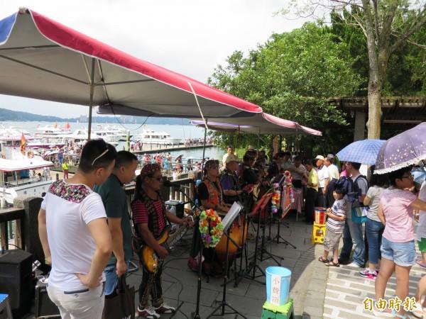 日月潭玄光寺碼頭表演場,是潭區最炙手可熱的表演場所。(記者劉濱銓攝)