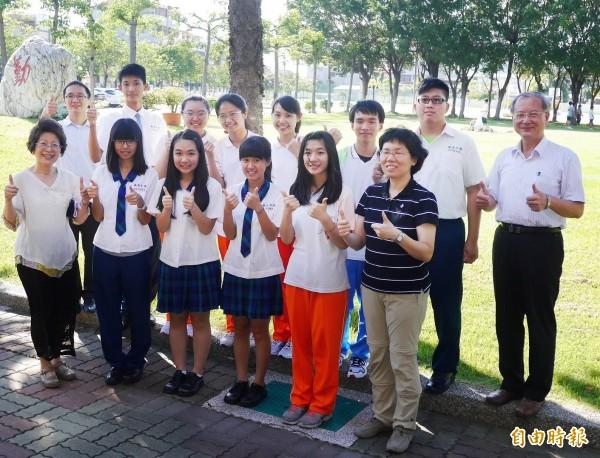 瀛海中學資訊團隊,榮獲2015國際學校網界博覽會金牌獎。(記者蔡文居攝)