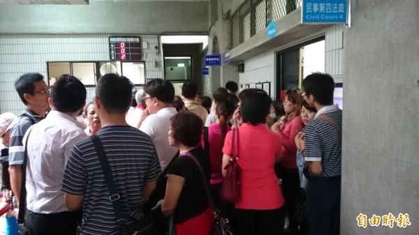 台中大里區「綠意親境」社區大樓住戶167名,被傳喚出庭,擠滿法庭內外。(記者楊政郡攝)