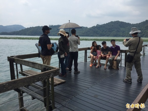日月潭水位已回升至747.34公尺,九蛙疊像則有一半入水,吸引不少遊客到潭區觀光。(記者劉濱銓攝)
