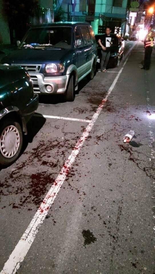 彰化員林發生飛車砍人,一男子雙手遭砍,現場血跡斑斑。(記者陳冠備翻攝畫面)