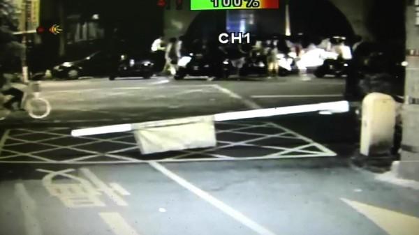 彰化員林發生飛車砍人,一名男子被一群男子在員林農工前遭砍傷。(記者陳冠備翻攝畫面)