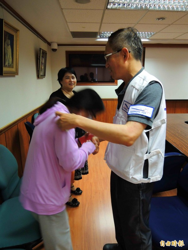楊成效母親林雅玲(左),含淚鞠躬感謝童綜合醫院急診室主任盧立華(右)提供醫療專機協助。 (記者黃旭磊攝)