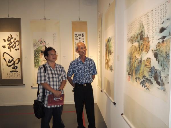 台南大學南師藝聯會會員聯展今起在新營文化中心展出,理事長李定雄(右)、展覽組長歐益豪(左)策展。(記者楊金城攝)