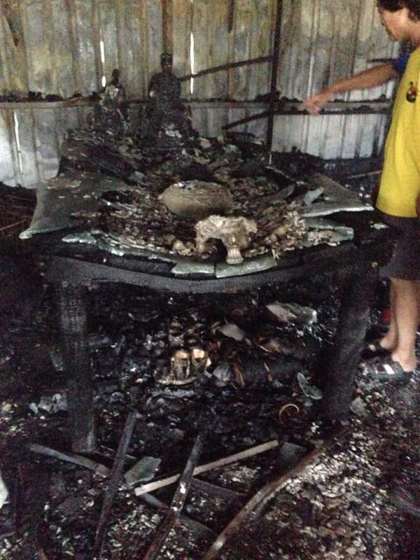屏東某工廠失火,裡頭一尊兩百多年的伽藍尊王遭燒毀。(記者陳祐誠翻攝)