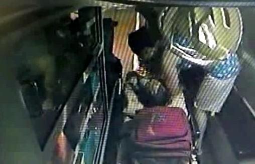 焦急的蔡母親手用毛巾包裹女童,再將女童抱上救護車送醫急救。(記者鄭鴻達翻攝)