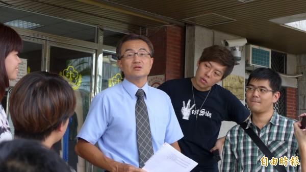 面對電子媒體,檢察官蔡啟文侃侃而談。(記者金仁晧攝)