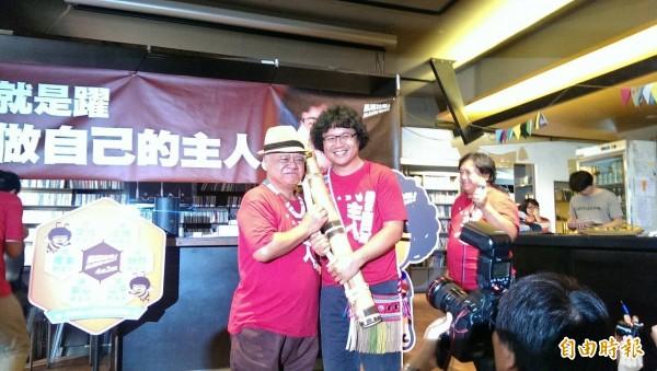 台灣民歌之父胡德夫送上傳統竹水壺,象徵支持馬躍持續努力、不要放棄。(記者蘇芳禾攝)