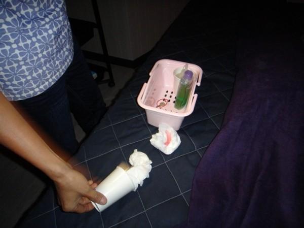 警方在包廂內查獲擦過的衛生紙,扣回當證物。(記者黃良傑翻攝)