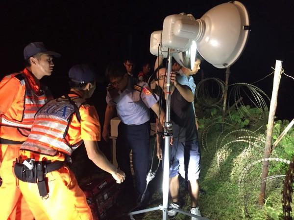 暗夜風高岸巡人員架起探照燈,協助搜救工作順利進行。(岸巡七二大隊提供)