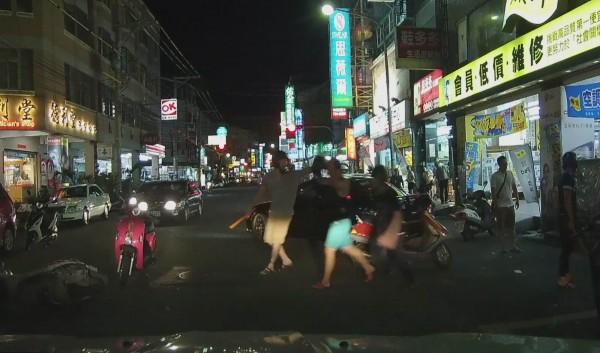 15名青少年當街持木棍追殺被害人,逞凶鬥狠過程相當驚悚。(記者湯世名翻攝)