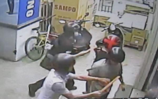 15名青少年持木棍殺入撞球館狂打被害人,逞凶鬥狠過程相當驚悚。(記者湯世名翻攝)