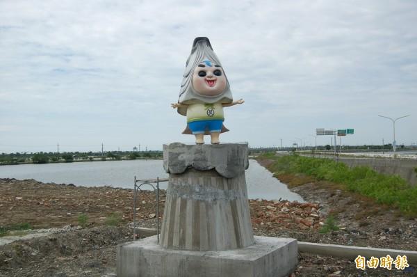 台南北門永隆社區入口意象「虱目魚小子」雕像,負評如潮。(記者楊金城攝)