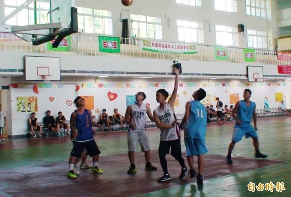 水上警分局舉辦籃球賽,吸引許多青少年參加。(記者林宜樟攝)