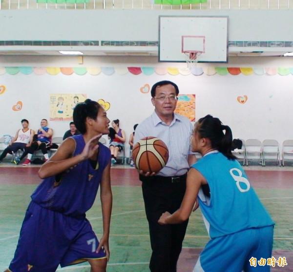 水上警分局長王智琨為比賽開球。(記者林宜樟攝)