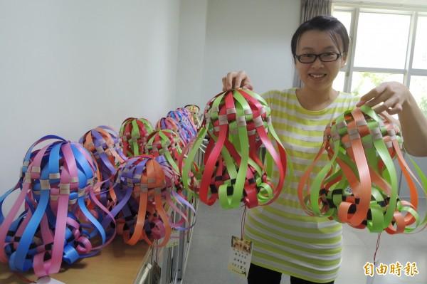 麻豆區公所員工學習製作手工柚子燈,將到社區擔任種子教師。(記者劉婉君攝)