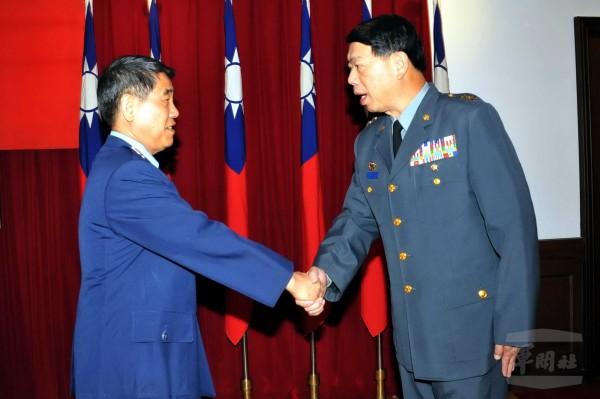 國防部副部長劉震武上將(左),主持新任軍備局長何安繼中將(右)布達典禮。(圖:軍聞社提供)