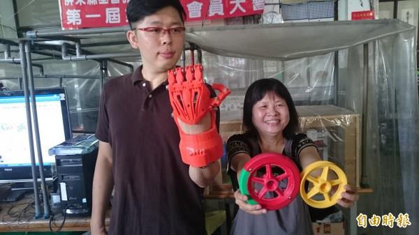 好酷的鋼鐵人手臂及輪椅的輪子,這些都是3D列印技術做出來的。(記者葉永騫攝)