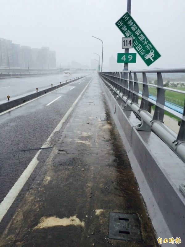 蘇迪勒強風吹落浮洲橋道路標示。(記者陳韋宗攝)
