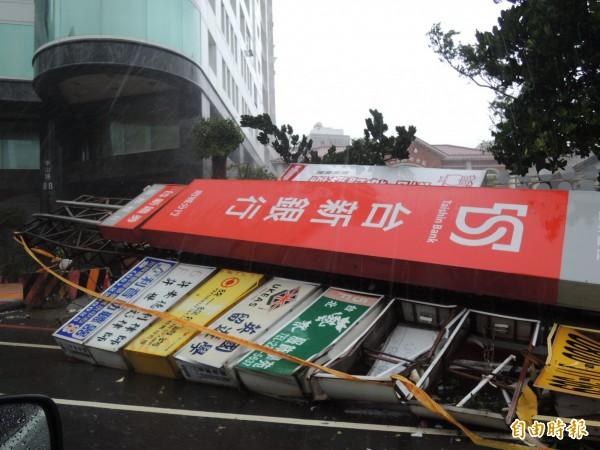 台南市區中山路偌大的招牌被強風吹倒。(記者蔡文居攝)