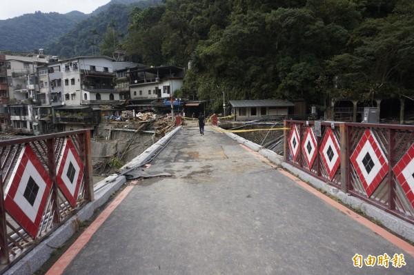 烏來攬勝橋欄杆斷裂,老街上堆滿垃圾雜物。(記者張安蕎攝)