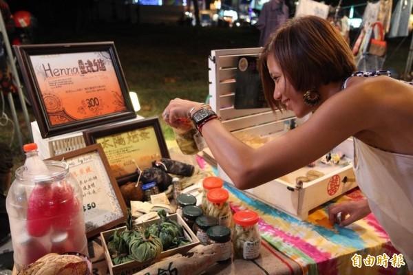 「墾丁ㄟ市集」有社區生態旅遊、農產品、手作、二手和文創商品等販售。(記者蔡宗憲攝)