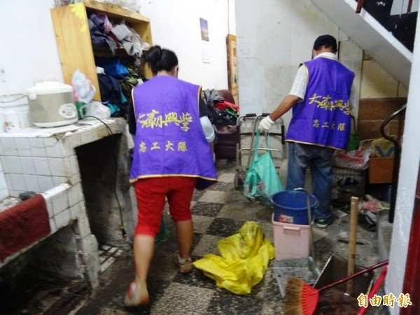 大廟興學志工與美善基金會人員,一起關懷「憨老」阿嬤,協助打掃居家環境。(記者洪瑞琴攝)