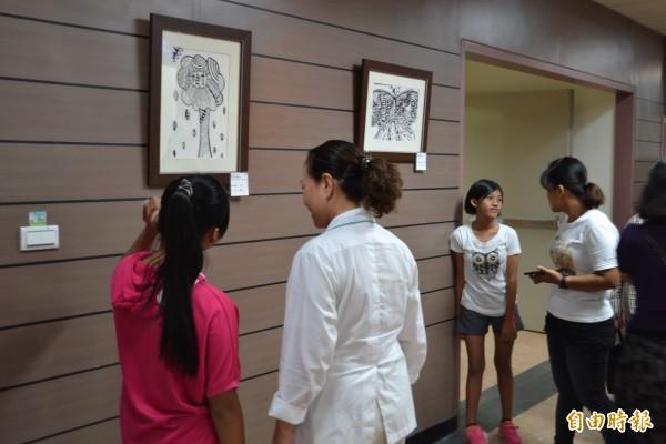 逆風中點亮希望,台灣世界展望會於衛福部屏東醫院辦兒童畫展。(記者羅欣貞攝)
