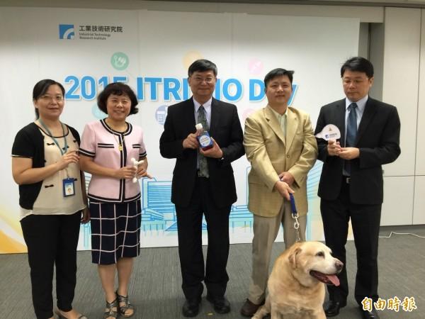 工研院8月30日將舉行ITRI BIO DAY,當天將有41項亮眼技術直接向醫界推介,生醫所所長邵耀華(中)昨與主管們先要媒體介紹5項技術。(記者洪友芳攝)