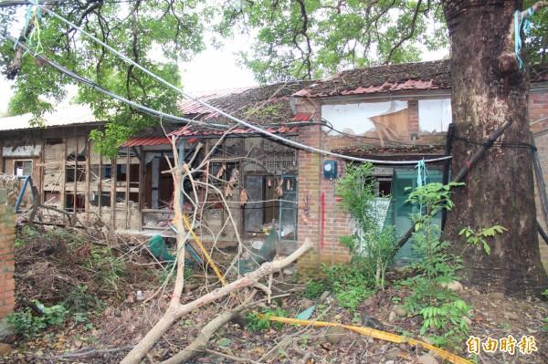 已經73歲的新埔公學校教師宿舍今早被發現原因不明被「剝皮」,有人言之鑿鑿是人為,也有人主張是颱風所致,眾說紛紜。(記者黃美珠攝)
