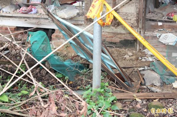 新埔公學校宿舍遺跡剝落的外皮和窗框。(記者黃美珠攝)