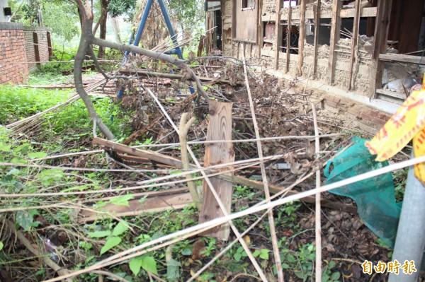 新埔公學校宿舍遺跡被「剝皮」,而剝落的外皮和窗框就落在一旁地面。(記者黃美珠攝)