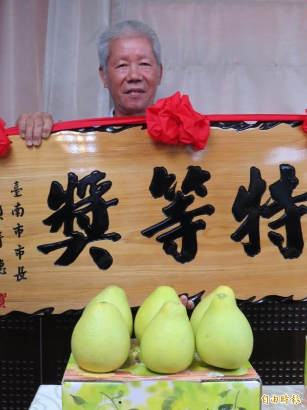 林福田獲選台南市文旦大賽特等獎 。(記者蔡文居攝)