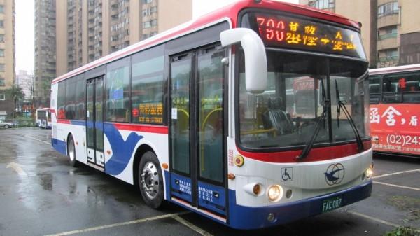 新北市區公車790「基隆-金山」線,9月20日起推出跳蛙式公車路線,僅停靠13個招呼站,較原本全線共58站減少停靠45個站位。(新北市交通局提供)