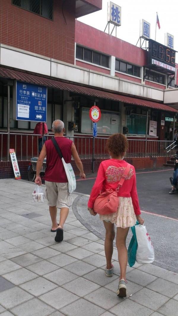 蕭小姐拍下街頭即景,一位民眾自製新潮環保背袋(左)很吸睛。(圖由蕭小姐提供)。