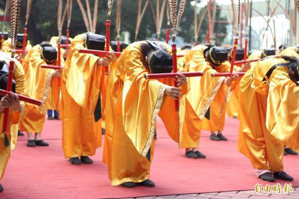 東港海事學生跳到海濱國小孔廟跳六佾舞。(記者陳彥廷攝)