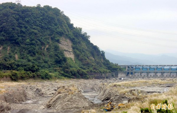 集集登天步道攻頂後,可眺望攔河堰堤壩與「水雕峽谷」奇景。(記者謝介裕攝)