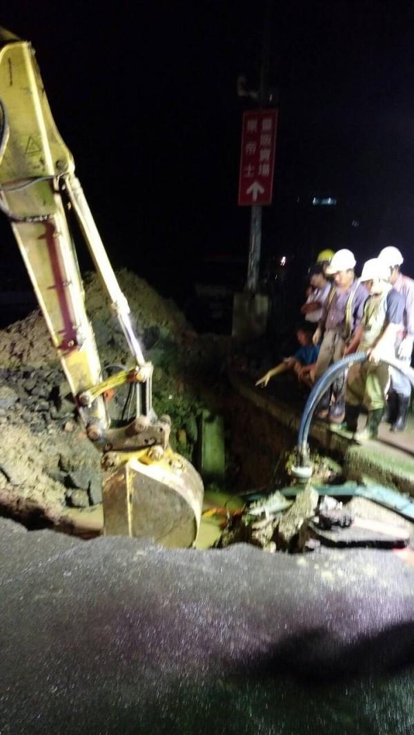 基隆麥金路與安和二街口的自來水管破管,導致半個基隆市、約4萬8000戶停水。(水公司提供)