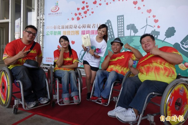 人氣主播王蕾雅(圖右三)擔任彰化縣公益路跑當代言人,邀請全國民眾一起來健康路跑。(記者劉曉欣攝)