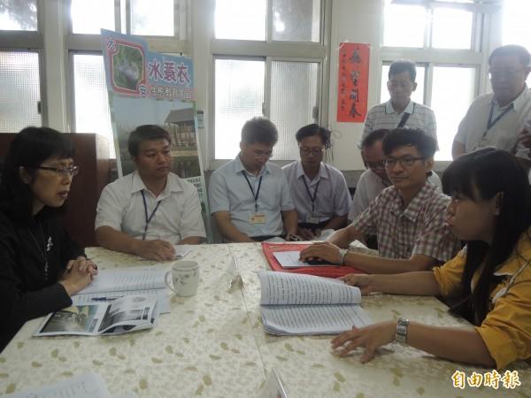 監委高鳳仙(左)聽取公民團體陳情。(記者張軒哲攝)