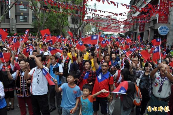 張老旺邀近千人參加升旗典禮。(記者周敏鴻攝)