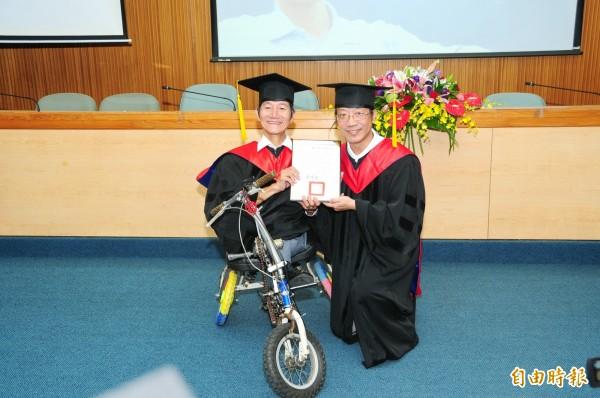 劉大潭(左)獲頒靜宜大學名譽博士。(記者張軒哲攝)