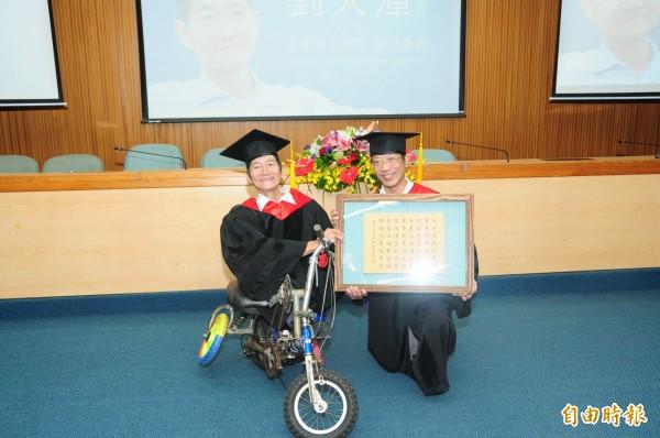 靜宜大學校長唐傳義贈送藏頭詩給劉大潭(左)。(記者張軒哲攝)