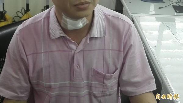 校長遭家長毆傷,到醫院包紮驗傷後,今天下午到警局備案。(記者王錦義攝)