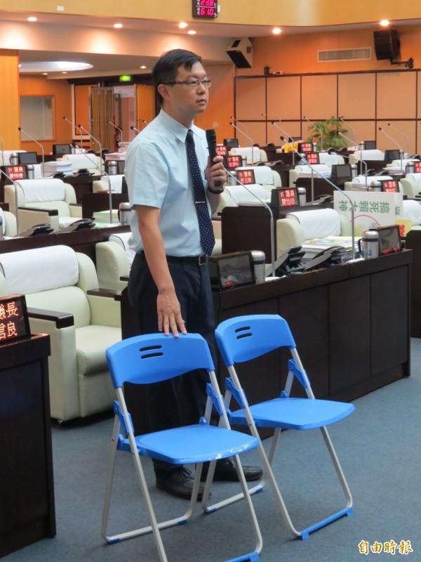 李退之搬出2張折疊椅,指新營文化中心從2把椅子開始,如今將脫胎換骨。(記者蔡文居攝)