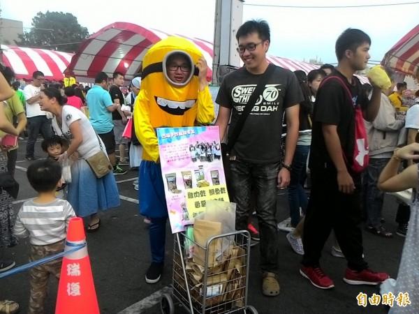 瑞復益智中心的大小天使自創品牌的「凹喵」手作寵物零食也在園遊會義賣兜售。(記者蔡文居攝)