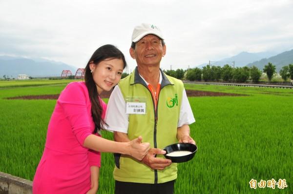 天貓集團東南亞區負責人胡瑜玲(左),和彩色稻田的主人彭鏡興(右)合照。(記者花孟璟攝)