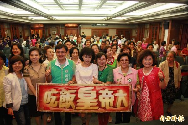 譚敦慈(第一排右四)到台中演講,受到民眾熱烈歡迎。(記者張菁雅攝)